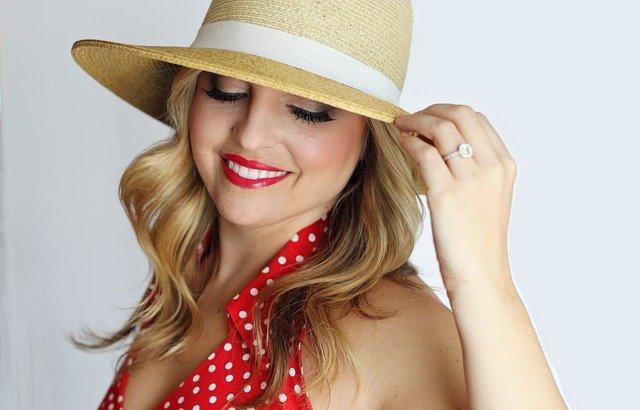 Le chapeau de paille est parfait avec une robe