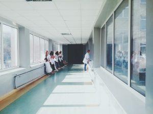 Vue sur l'hôpital de la ville qui fait appel à Happytal