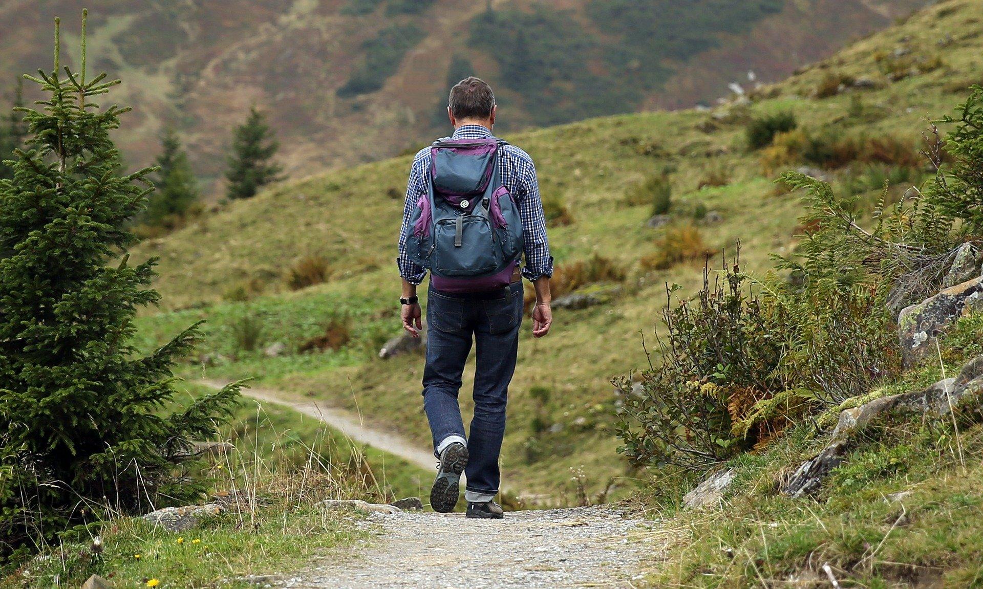 homme qui fait une randonnée